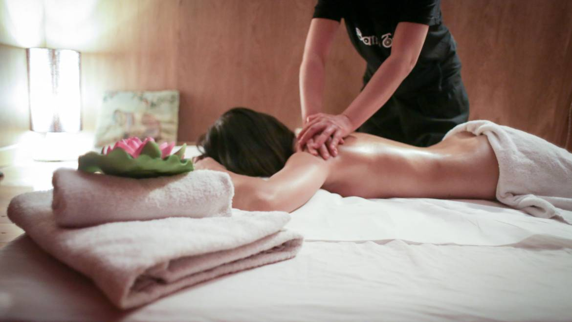 Thai Massage with herbs